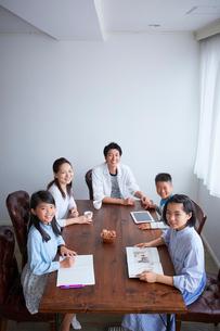 ダイニングでくつろぐ5人家族の写真素材 [FYI02067992]