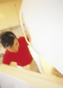 冷蔵庫を開ける女性の写真素材 [FYI02067997]