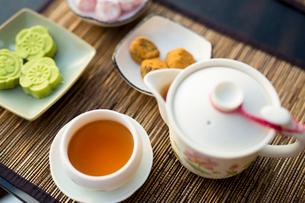 中国冷茶と茶菓子 台湾の写真素材 [FYI02067999]