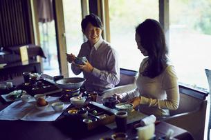 食事をするミドル夫婦の写真素材 [FYI02068015]