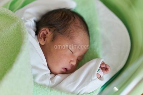 眠る赤ちゃんの写真素材 [FYI02068022]
