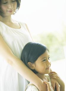 女の子に手をかける女性の写真素材 [FYI02068027]