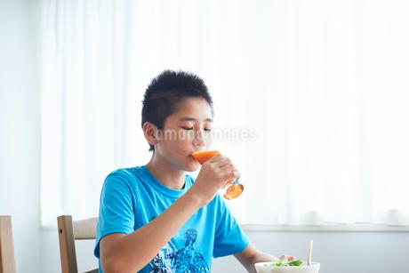 野菜ジュースを飲む男の子の写真素材 [FYI02068028]