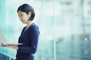 ノートパソコンを見る女性の写真素材 [FYI02068029]
