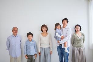三世代家族のポートレートの写真素材 [FYI02068034]