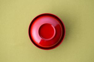蓋付きの赤い椀の写真素材 [FYI02068050]