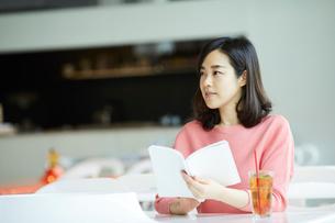 カフェで本を読む女性の写真素材 [FYI02068070]