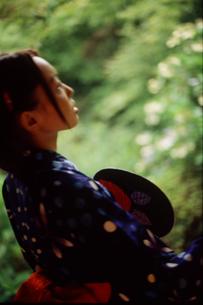 うちわを持つ浴衣の女性の写真素材 [FYI02068071]