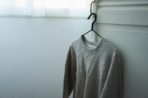 ハンガーに掛けた洋服の写真素材 [FYI02068101]