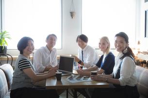 ミーティングをする外国人と日本人の写真素材 [FYI02068116]