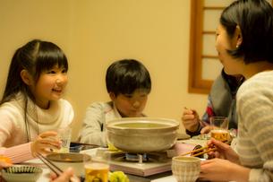 こたつで食事をする家族の写真素材 [FYI02068123]