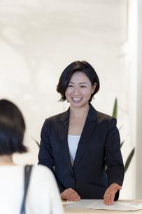 接客する旅行代理店の女性スタッフの写真素材 [FYI02068128]