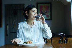 食事をする女性の写真素材 [FYI02068155]