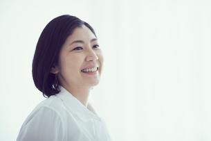 笑顔の女性の写真素材 [FYI02068159]