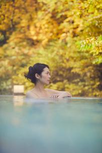 露天風呂に入浴するミドル女性の写真素材 [FYI02068161]