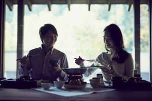 食事をするミドル夫婦の写真素材 [FYI02068170]
