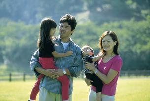 草原の中の家族の写真素材 [FYI02068174]