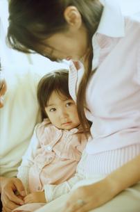 ソファに座る家族3人の写真素材 [FYI02068178]