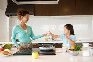 キッチンの女の子と母親の写真素材 [FYI02068180]