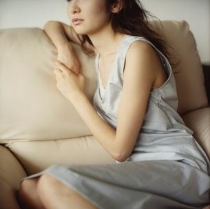 ソファに座る女性の写真素材 [FYI02068181]