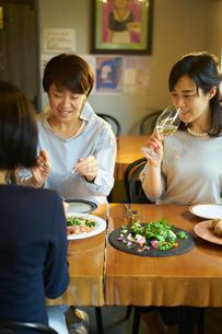 食事をする女性3人の写真素材 [FYI02068193]