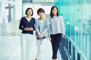 モバイルを持つ女性3人の写真素材 [FYI02068211]