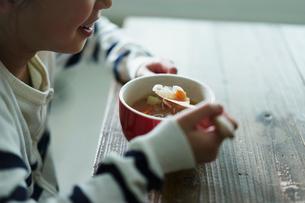 スープを飲む女の子の写真素材 [FYI02068231]