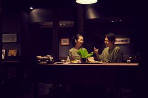 食事をする浴衣姿のミドル夫婦の写真素材 [FYI02068232]