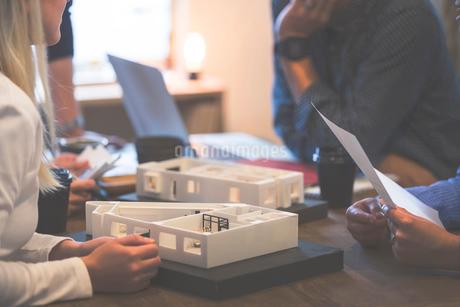 建築模型を使ったミーティングの写真素材 [FYI02068238]