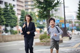 駆け出す男の子と笑顔の母親の写真素材 [FYI02068251]