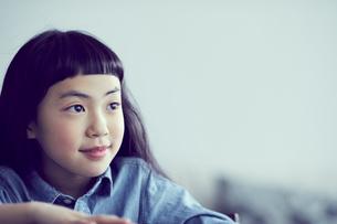 見つめる女の子の写真素材 [FYI02068255]