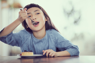 タルトを食べる女の子の写真素材 [FYI02068265]