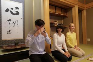 抹茶を飲む外国人3人の写真素材 [FYI02068273]