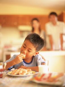 お菓子を食べる男の子の写真素材 [FYI02068276]