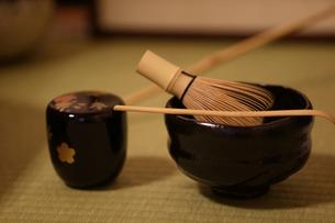 茶碗と茶筅と棗と茶杓の写真素材 [FYI02068281]