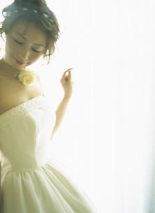 ウェティングドレスの女性の写真素材 [FYI02068282]