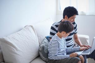 ノートパソコンを見る男の子と父親の写真素材 [FYI02068284]
