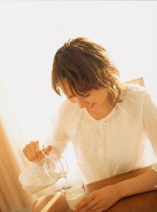 ミルクを注ぐ女性の写真素材 [FYI02068286]