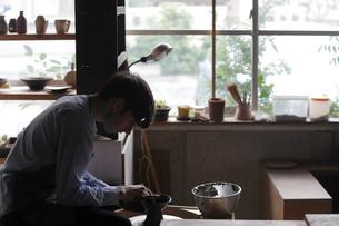 陶芸をする外国人男性の写真素材 [FYI02068290]