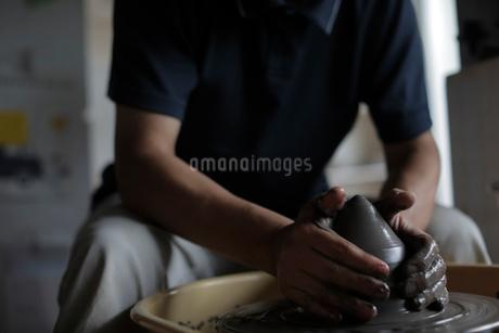 陶芸をする男性の写真素材 [FYI02068295]