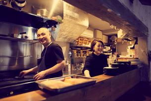 飲食店のカウンターキッチンの写真素材 [FYI02068299]