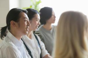 ミーティングをする外国人と日本人の写真素材 [FYI02068303]