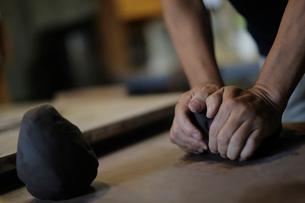 陶芸の粘土を練る男性の手元の写真素材 [FYI02068305]
