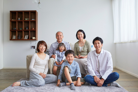 三世代家族のポートレートの写真素材 [FYI02068314]
