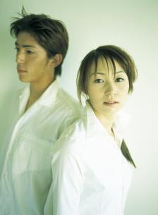 白いシャツのカップルの写真素材 [FYI02068315]