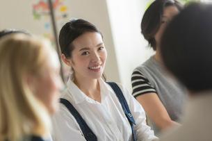 ミーティングをする外国人と日本人の写真素材 [FYI02068329]