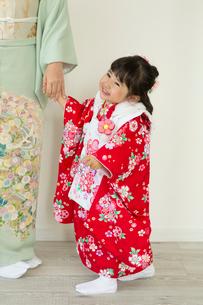 母親と手をつなぐ七五三和装の女の子の写真素材 [FYI02068336]