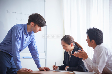 英会話教室の外国人講師と生徒の写真素材 [FYI02068344]