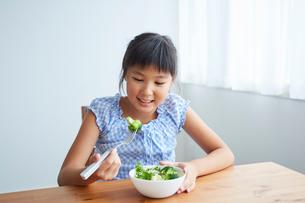 サラダを食べる女の子の写真素材 [FYI02068347]