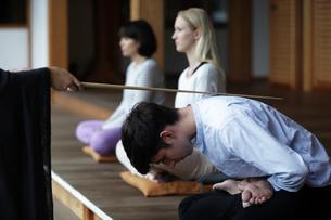 座禅をする外国人3人の写真素材 [FYI02068370]